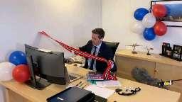 یکی از با حالترین عکسهایی که از دوران کرونا دیدم. وزیر حملونقل نروژ در حال افتتاح یک تونل😄  دانستنی روز #مجله_پزشکی  ❤ @majalepezeshki1 ❤ ❤ @majalepezeshki1 ❤ بر روی عضویت در کانال کلیک کنید❤